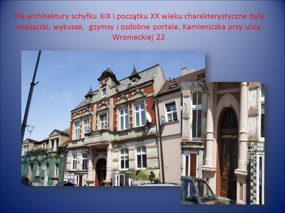 Dla architektury schyłku XIX i początku XX wieku charakterystyczne były wieżyczki, wykusze, gzymsy i ozdobne portale.