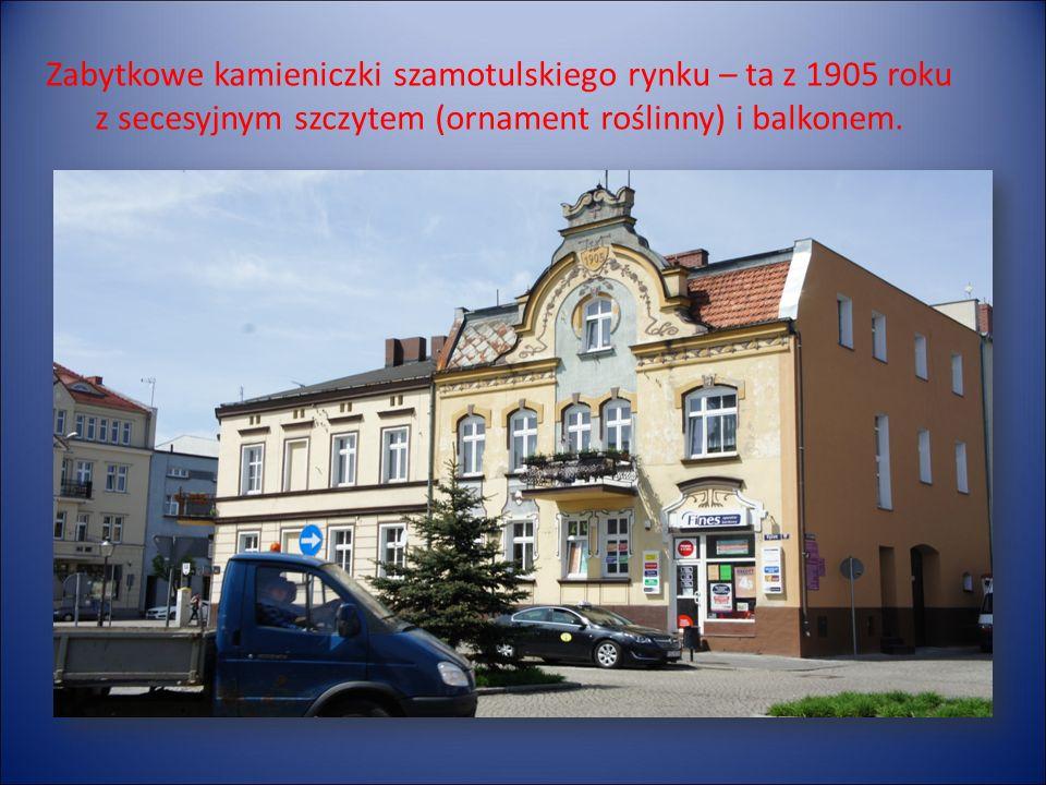 Zabytkowe kamieniczki szamotulskiego rynku – ta z 1905 roku z secesyjnym szczytem (ornament roślinny) i balkonem.