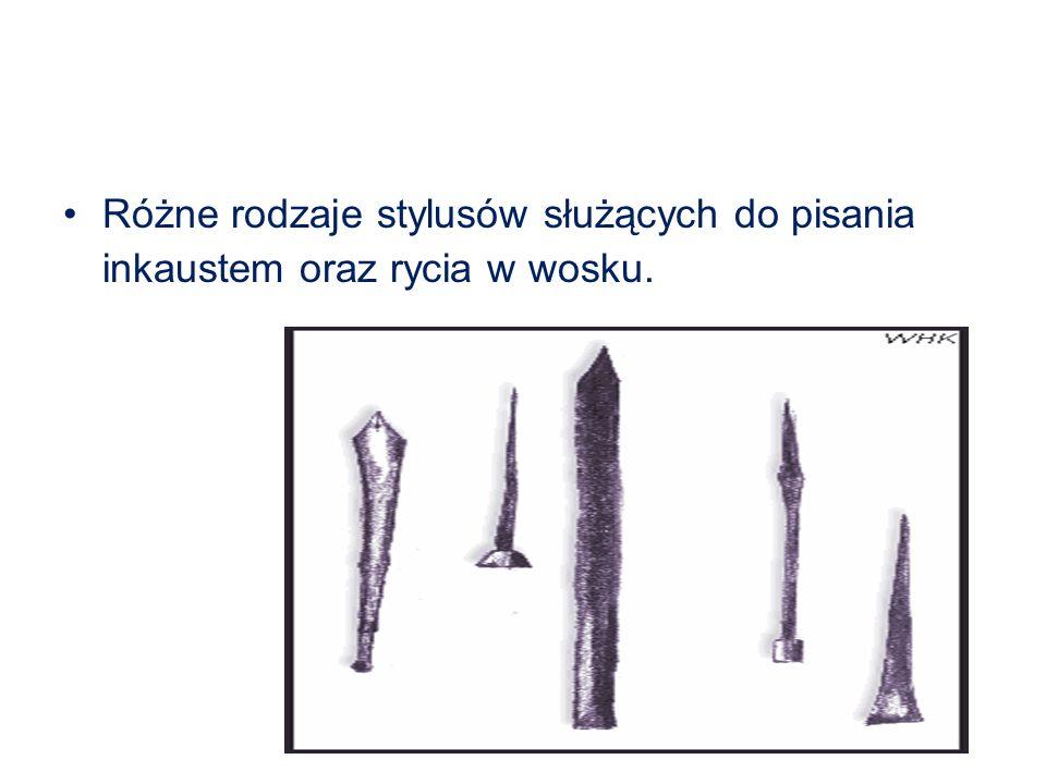 Różne rodzaje stylusów służących do pisania inkaustem oraz rycia w wosku.