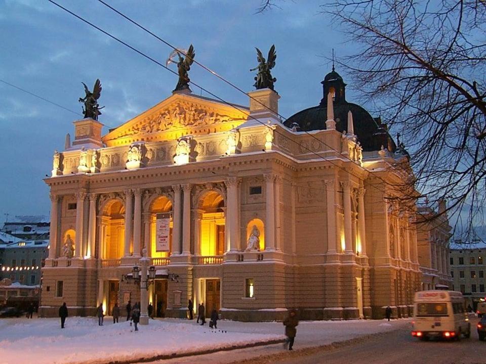 DA - MA Główną kurtynę malował znakomity artysta-malarz Henryk Siemiradzki w Rzymie, dekoracje zaś sceniczne Stanisław Jasieński.