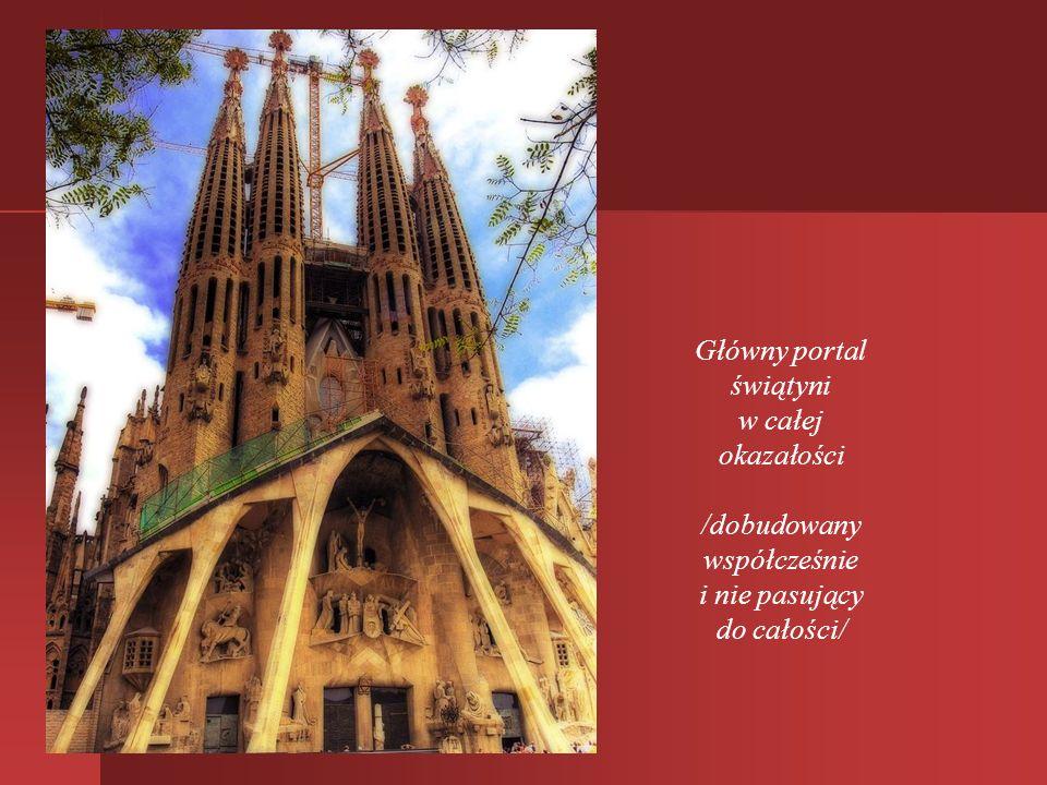 Monumentalna Sagrada Familia - widok z boku