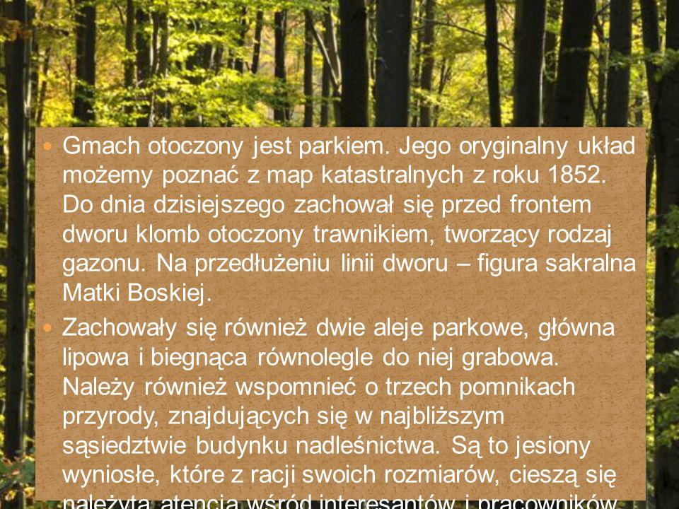 Gmach otoczony jest parkiem. Jego oryginalny układ możemy poznać z map katastralnych z roku 1852.