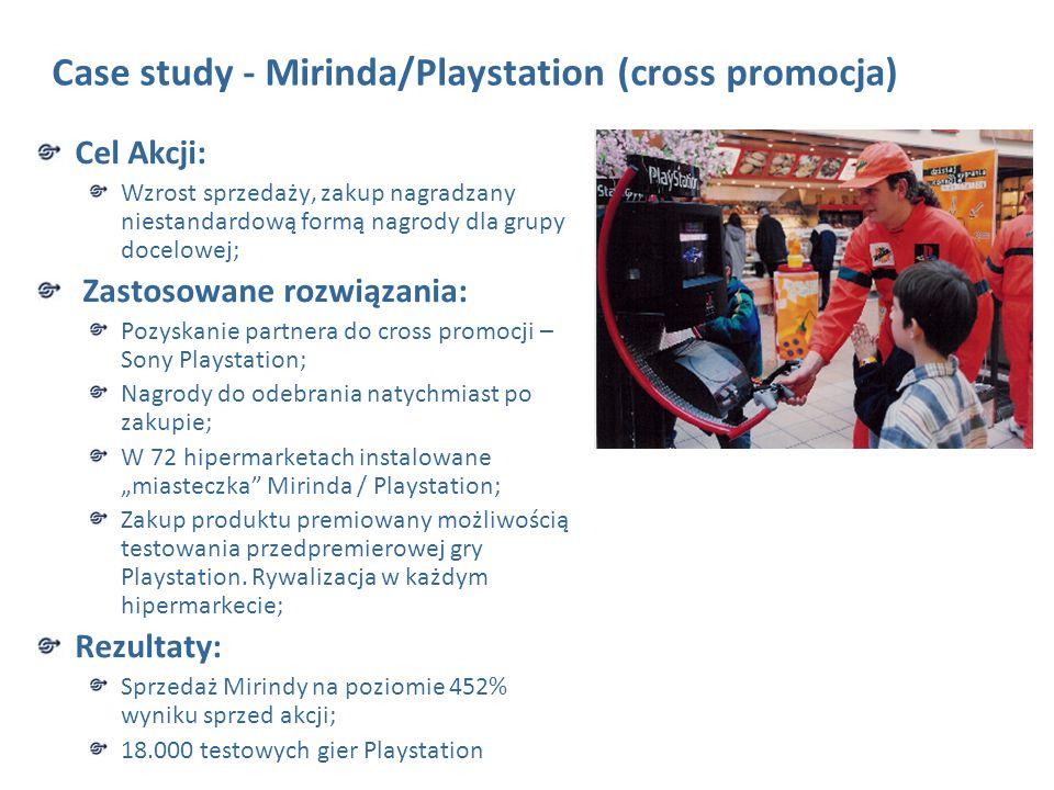 """Case study - Mirinda/Playstation (cross promocja) Cel Akcji: Wzrost sprzedaży, zakup nagradzany niestandardową formą nagrody dla grupy docelowej; Zastosowane rozwiązania: Pozyskanie partnera do cross promocji – Sony Playstation; Nagrody do odebrania natychmiast po zakupie; W 72 hipermarketach instalowane """"miasteczka Mirinda / Playstation; Zakup produktu premiowany możliwością testowania przedpremierowej gry Playstation."""