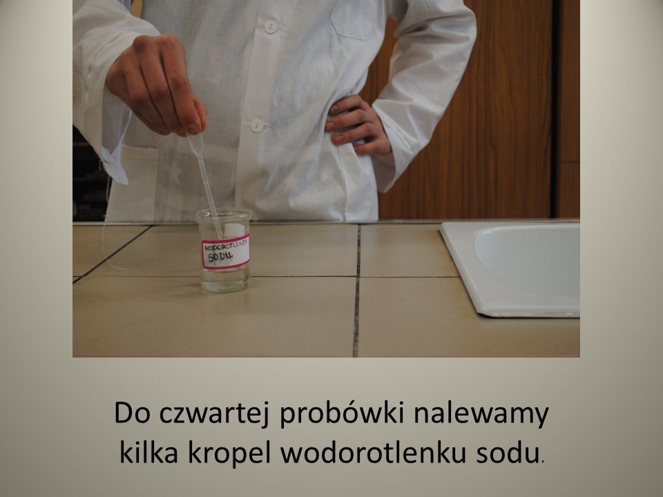 Do czwartej probówki nalewamy kilka kropel wodorotlenku sodu.