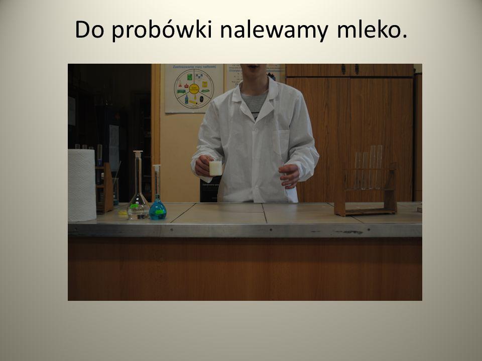 Do probówki w której znajduje się mleko dolewamy siarczan(VI) miedzi (II)