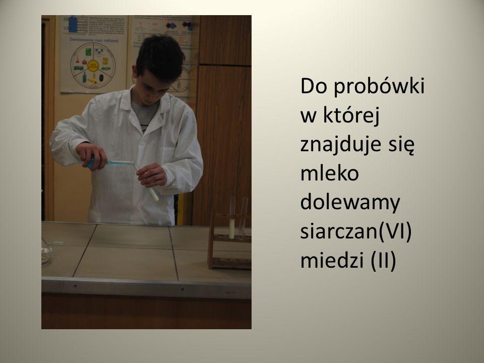 Następnie do probówki z mlekiem i siarczanem(VI) miedzi(II) dolewamy wodorotlenek sodu.