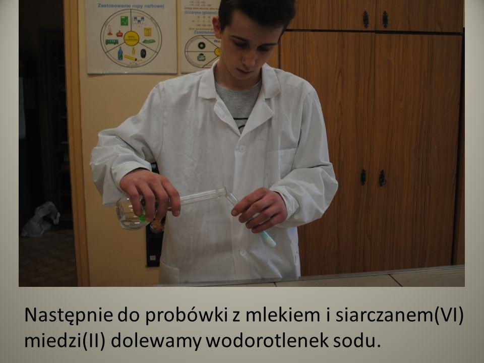 Po pewnym czasie uzyskamy wyrazisty fioletowy kolor mleka połączonego z siarczanem(VI) miedzi(II) i wodorotlenkiem sodu.
