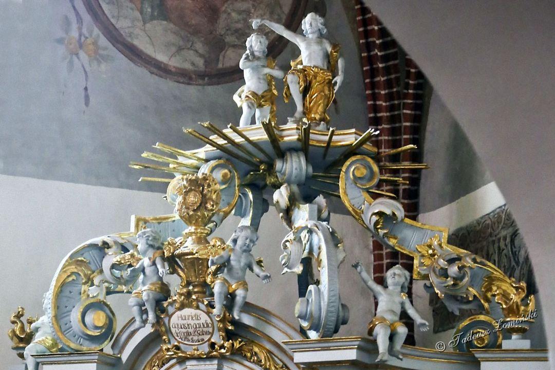 Trzypiętrowy neogotycki główny ołtarz Serca Pana Jezusa ze scenami Męki Pańskiej ( autorstwa uczniów Wita Stwosza ). W nawie głównej mosiężny żyrandol