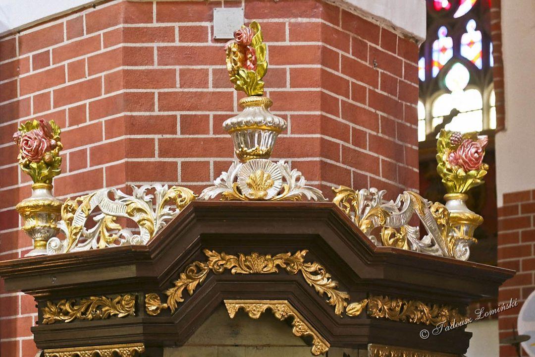 Ambona o kształcie ośmioboku z 1744 roku Nakrywę ambony zdobi postać tryumfującego Zbawiciela Powierzchnię ambony zdobią figury: Zbawiciela, Ewangelis