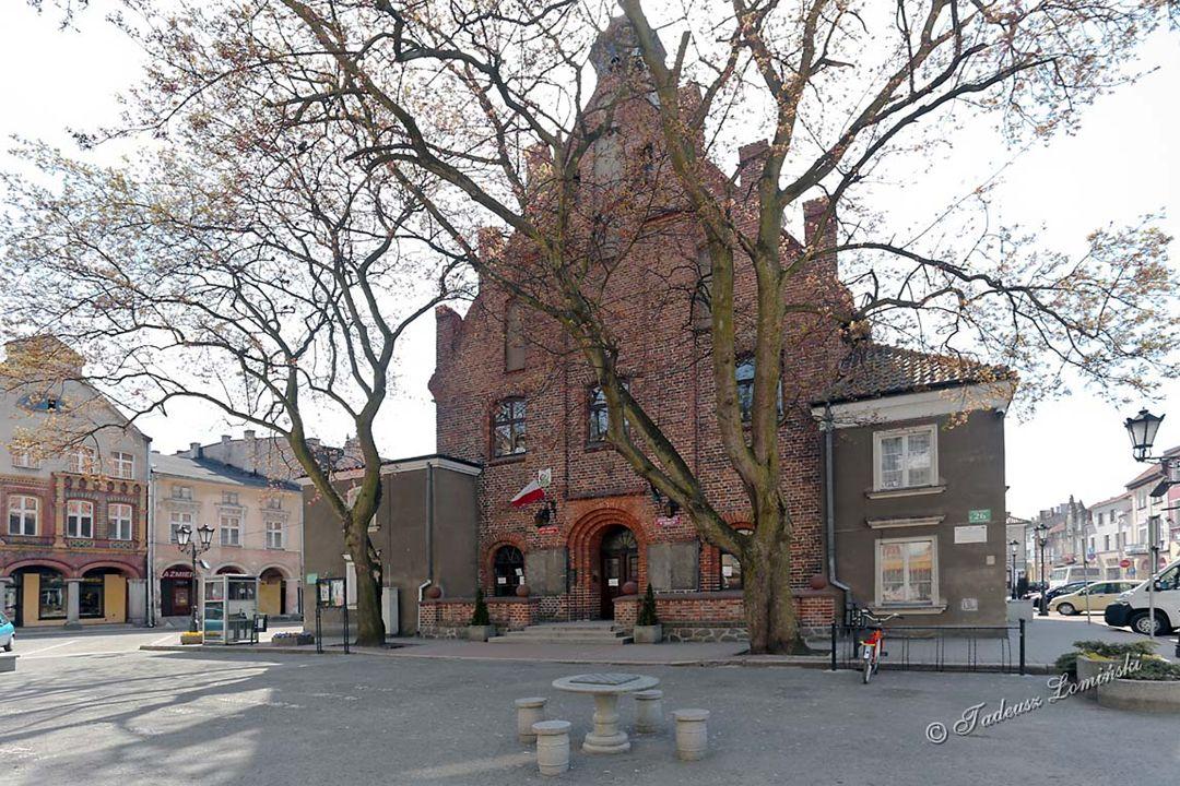 Miasto posiada klasyczny układ urbanistyczny z rynkiem otoczonym zabytkowymi kamieniczkami. W centralnej części Rynku w 1351 r. wybudowano Ratusz w st