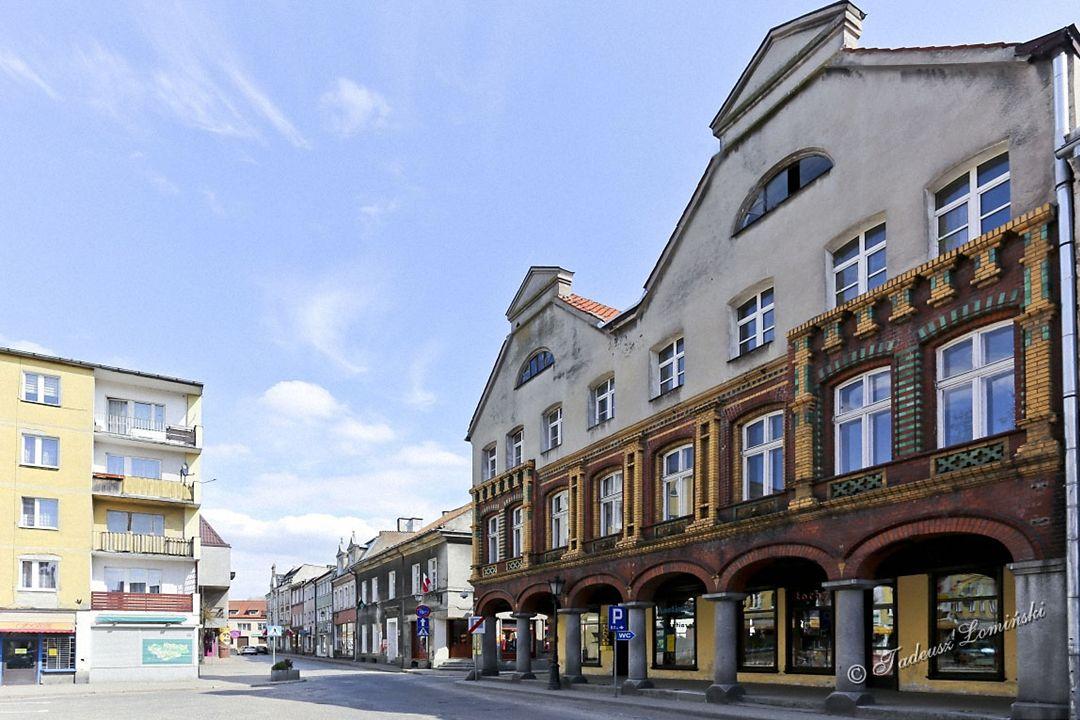 Kamienice wokół rynku pochodzą z XVII÷XIX w., wiele z nich posiada charakterystyczne podcienie.