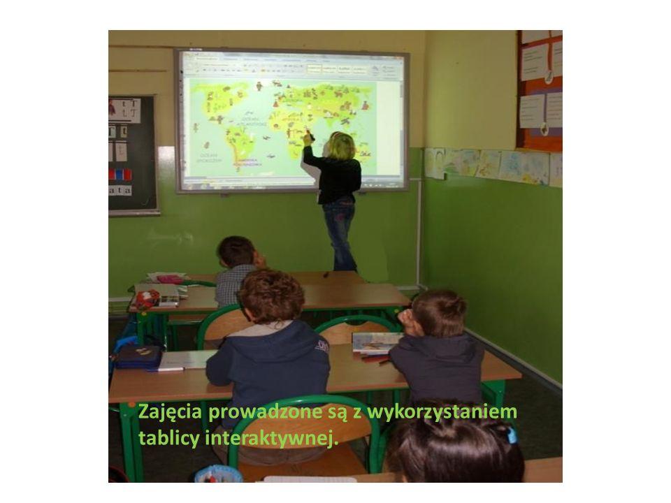 Nauczyciel tworzy zasoby na platformie e- lerningowej, które służą uatrakcyjnianiu zajęć.