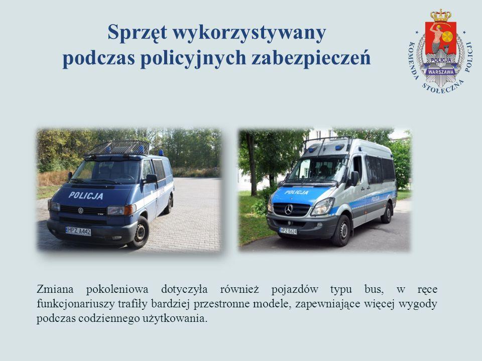 Sprzęt wykorzystywany podczas policyjnych zabezpieczeń Zmiana pokoleniowa dotyczyła również pojazdów typu bus, w ręce funkcjonariuszy trafiły bardziej przestronne modele, zapewniające więcej wygody podczas codziennego użytkowania.