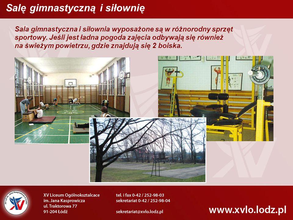 Sala gimnastyczna i siłownia wyposażone są w różnorodny sprzęt sportowy.