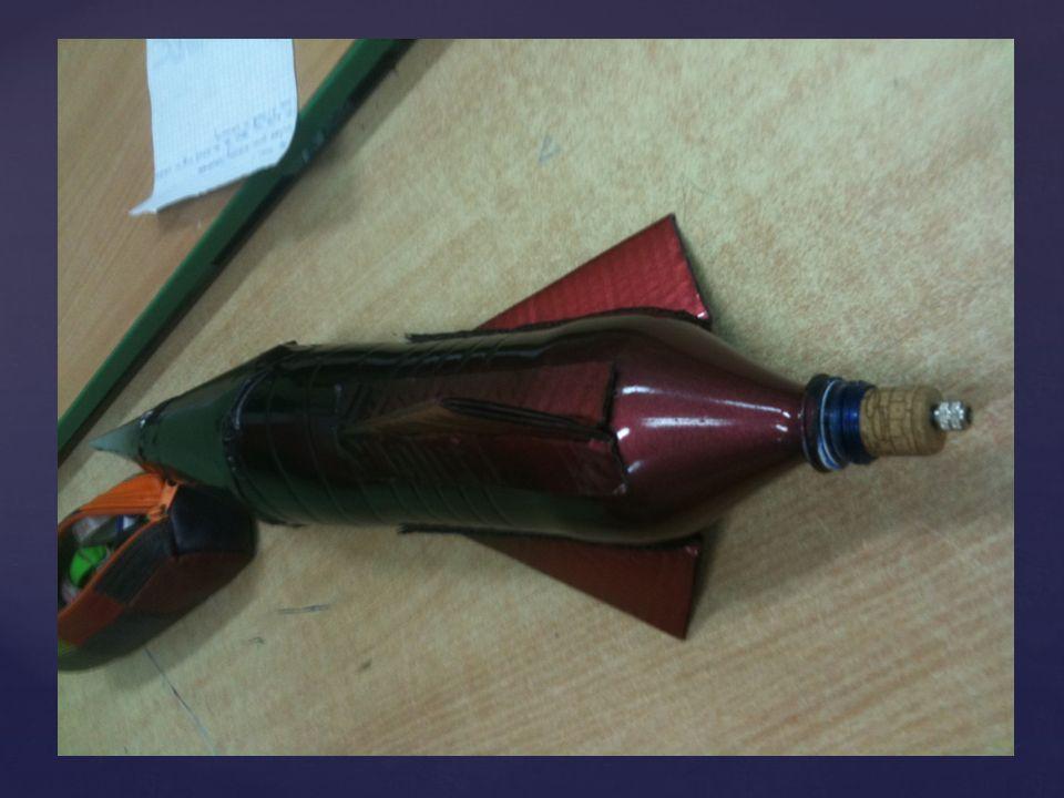 1. Z papieru technicznego wytnij czubek rakiety oraz stateczniki i przyklej je do butelki zgodnie z ilustracją. STATECZNIKI CZUBEK 2. W korku po winie