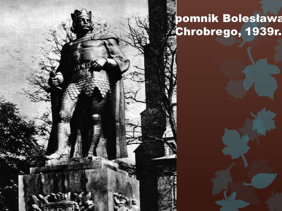 W 1919 r. przywrócono dawny herb miasta z ukoronowany m orłem.