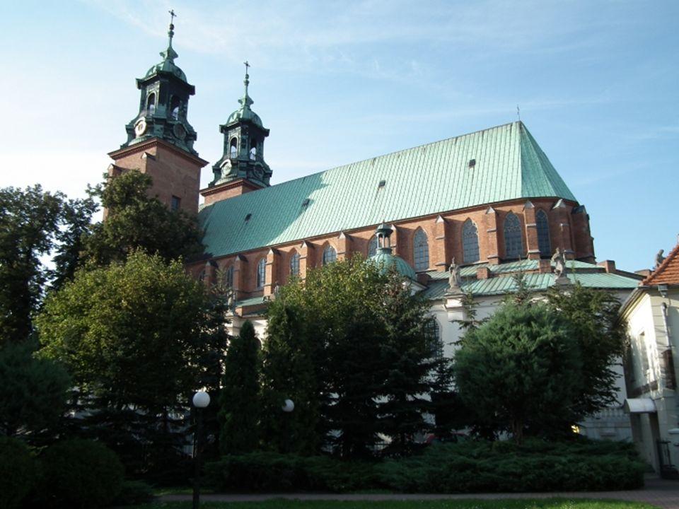 Przypuszcza się, że pierwsza kamienna świątynia chrześcijańska powstała już w IX w.