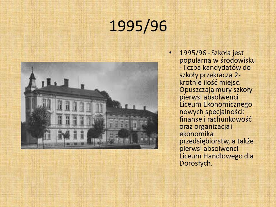1995/96 1995/96 - Szkoła jest popularna w środowisku - liczba kandydatów do szkoły przekracza 2- krotnie ilość miejsc. Opuszczają mury szkoły pierwsi