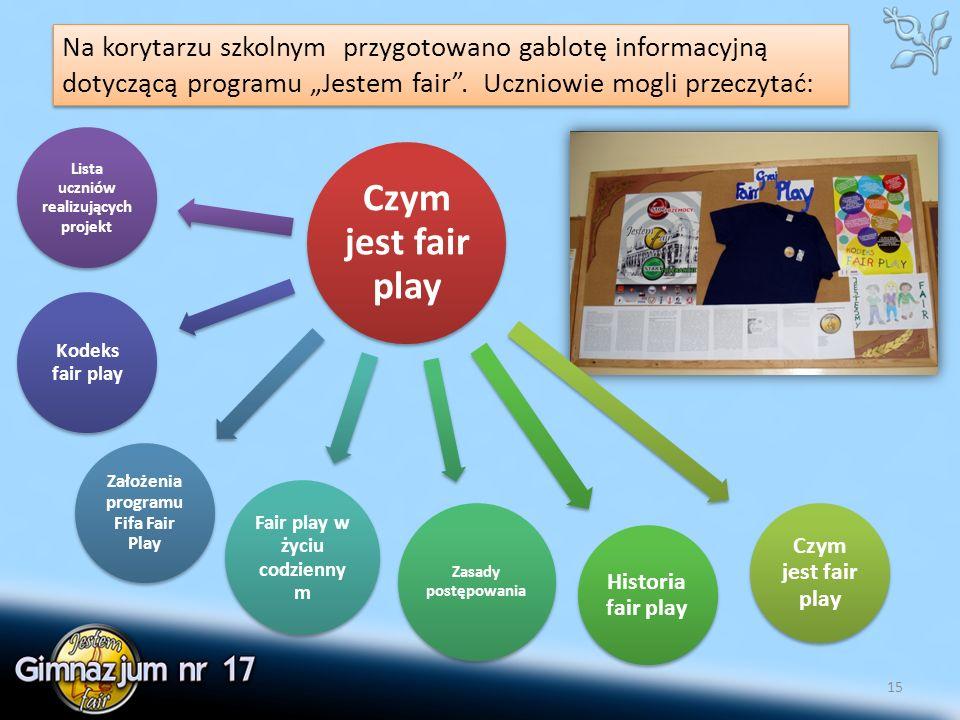 """15 Na korytarzu szkolnym przygotowano gablotę informacyjną dotyczącą programu """"Jestem fair ."""