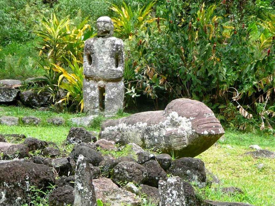 Hiva Oa Jedno z nielicznych zachowanych na Markizach dawnych miejsc kultu: Te I ipona Me ae.gdzie zobaczyć można kamienne posągi boga Tiki.