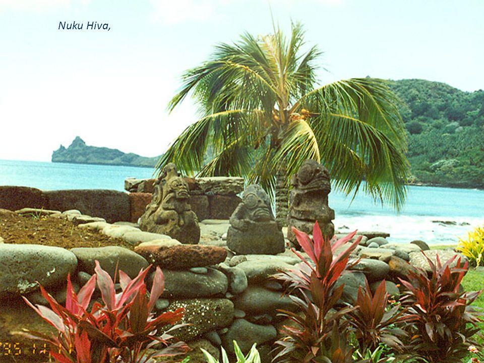 Fatu Hiva, Bay of Virgins ze spiętrzonymi nad nią stromymi klifami jest ulubionym miejscem do zakotwiczania jachtów.Nie ma tu lotniska, ale miejscowy samorząd raz na tydzień organizuje transfery pasażerów na pokładzie 30- osobowego katamaranu z Atuony na większej sąsiedniej wyspie Hiva Oa.