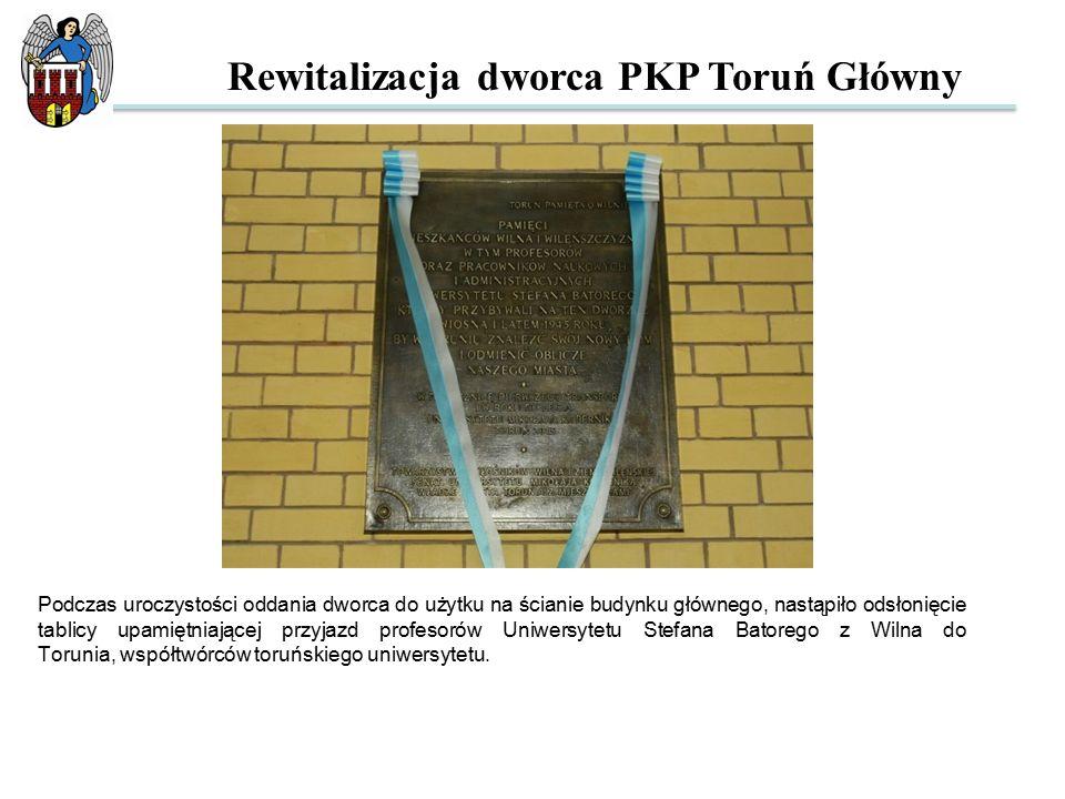 Podczas uroczystości oddania dworca do użytku na ścianie budynku głównego, nastąpiło odsłonięcie tablicy upamiętniającej przyjazd profesorów Uniwersytetu Stefana Batorego z Wilna do Torunia, współtwórców toruńskiego uniwersytetu.