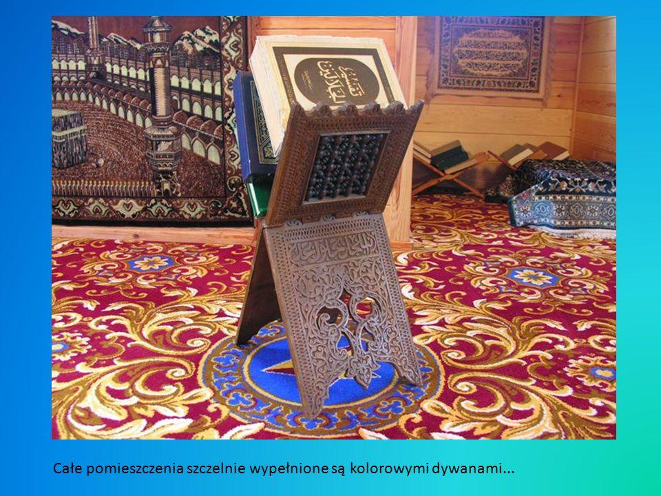 To właśnie mihrab, bardzo skromna wnęka w drewnie, w przeciwieństwie do bardzo bogato zdobionych, kamiennych lub marmurowych mihrabów w meczetach Wschodu.