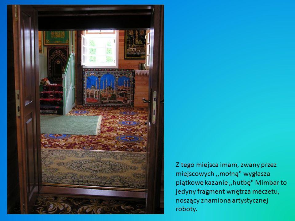 Z tego miejsca imam, zwany przez miejscowych,,mołną wygłasza piątkowe kazanie,,hutbę Mimbar to jedyny fragment wnętrza meczetu, noszący znamiona artystycznej roboty.