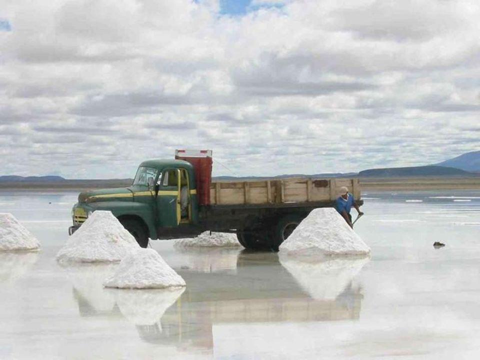 Das traditionelle Extraktionsverfahren besteht darin, das Salz zu Hügeln Aufzuschütten und das Wasser verdampfen zu lassen.