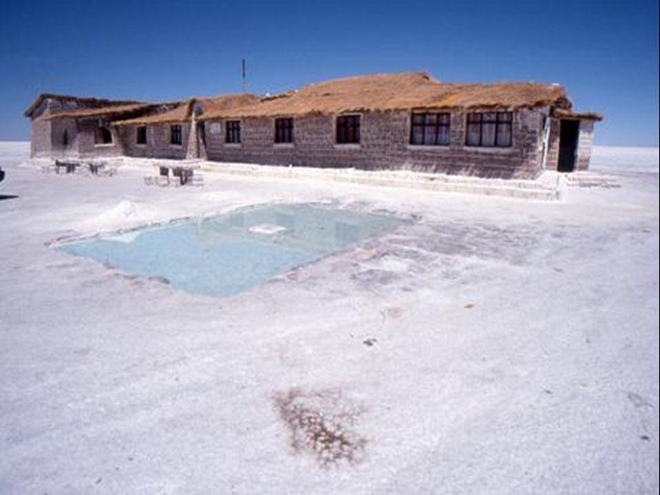 Diese trockenen Salzblöcke werden zum Bau eines Hotelgebäudes auf dem Salzsee verwendet.