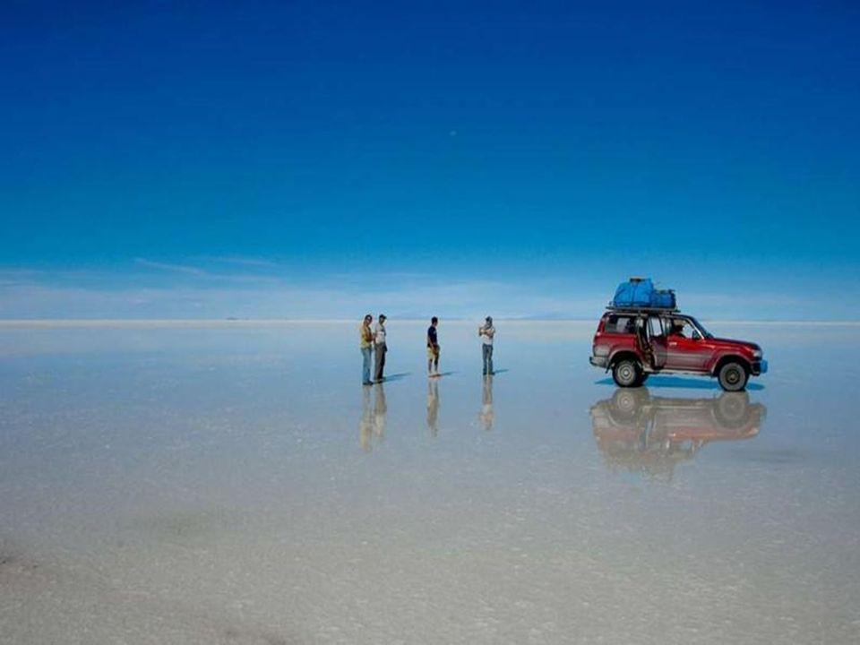 Nachdem es geregnet hat, wenn alles mit Wasser bedeckt ist hat sich der Salzsee in den größten Spiegel der Welt verwandelt. wygląda jak największe lus