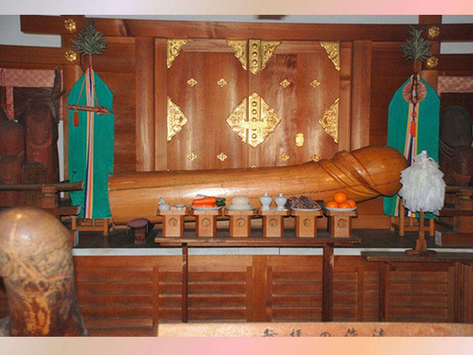W świątyni fallicznej wyznawcy modlą się przede wszystkim o urodzaj i bogate plony, a także o zdrowie oraz o szczęście i harmonię w małżeństwie.