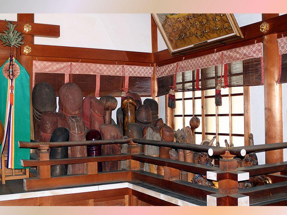 Rzeźbione w drewnie fallusy-fetysze złożone wewnątrz świątyni Tagata Jinja