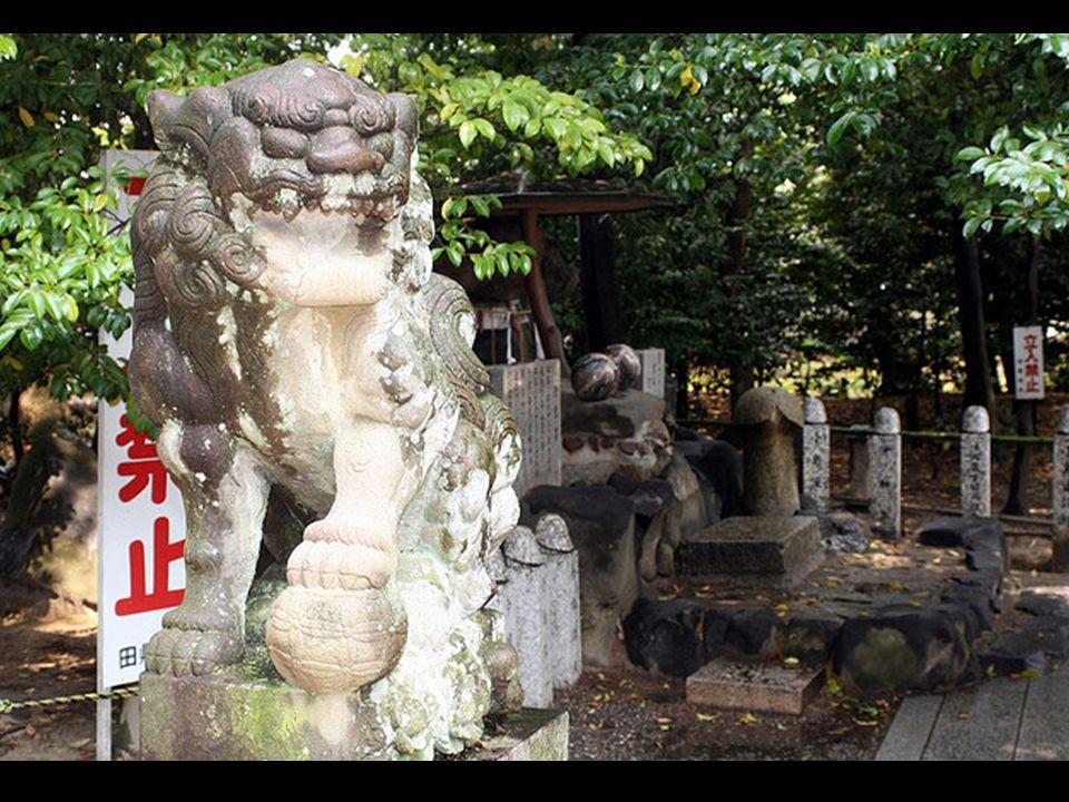 W ogrodzie świątyni znajduje się wiele kamiennych fallusów