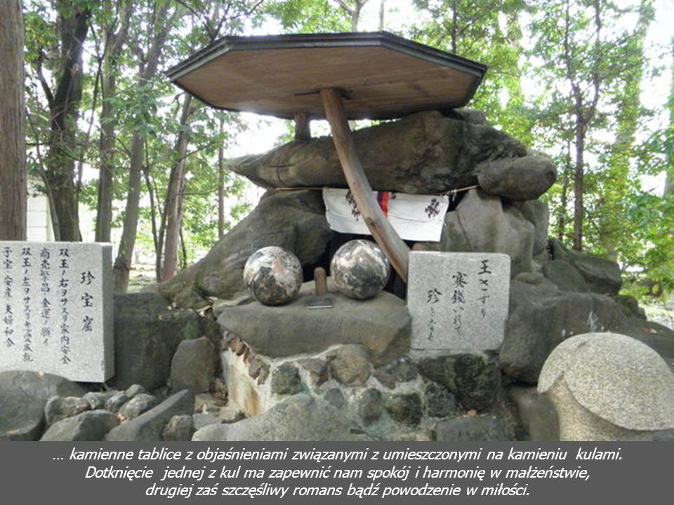 Kamienny płotek w ogrodach świątyni Na poszczególnych słupkach fragmenty modlitw. A za płotkiem…
