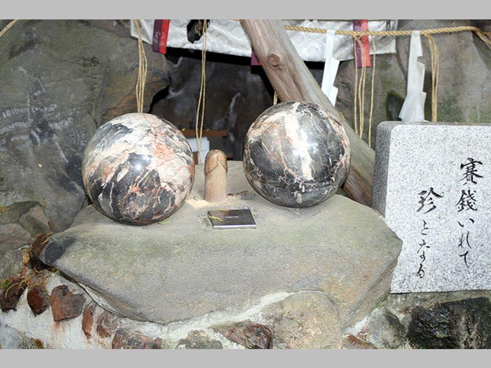 … kamienne tablice z objaśnieniami związanymi z umieszczonymi na kamieniu kulami. Dotknięcie jednej z kul ma zapewnić nam spokój i harmonię w małżeńst