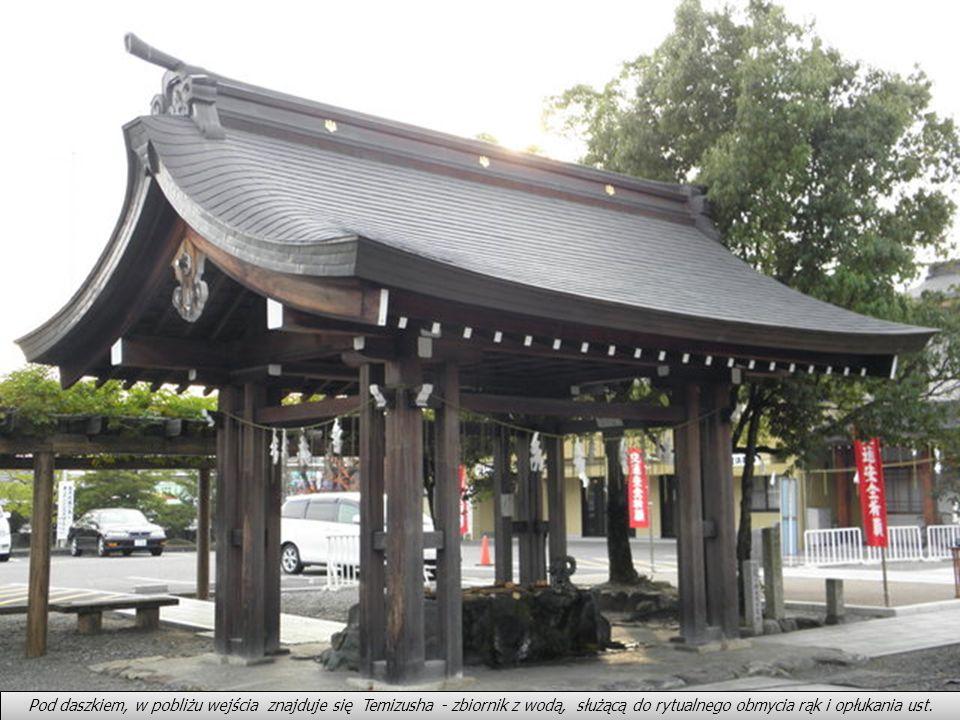 Tagata Jijna. Jak do każdej świątyni, także i do tej prowadzi brama (tori)