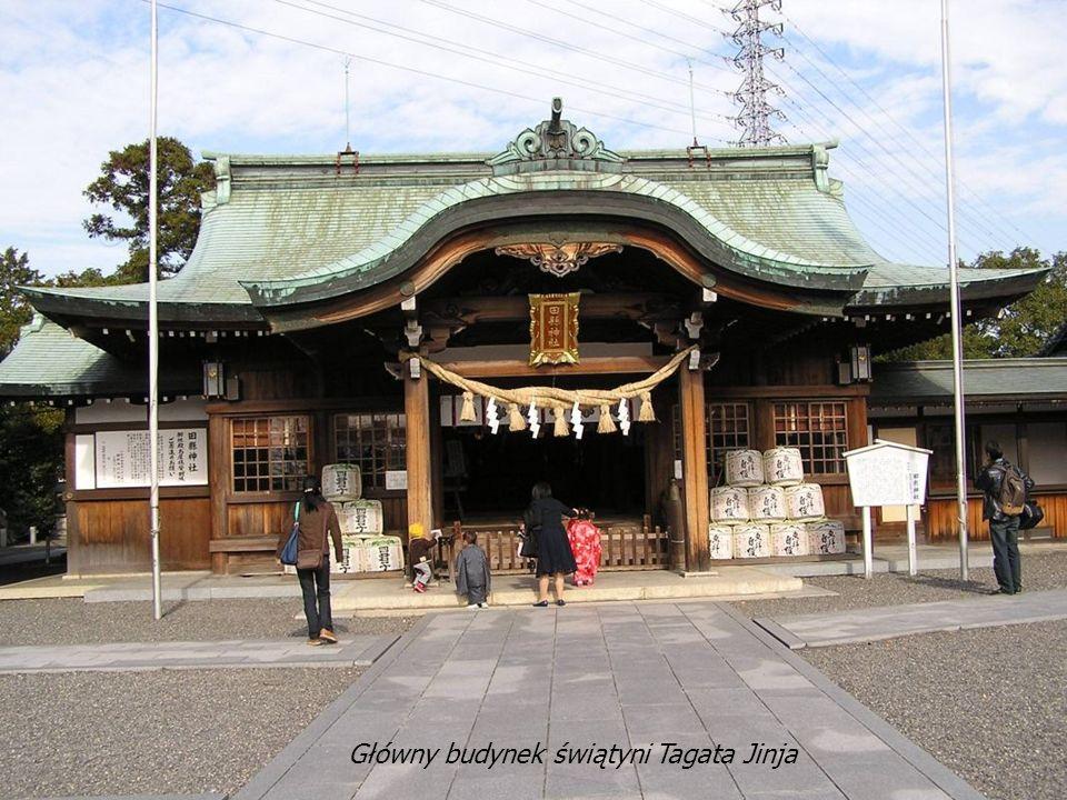 Pod daszkiem, w pobliżu wejścia znajduje się Temizusha - zbiornik z wodą, służącą do rytualnego obmycia rąk i opłukania ust.