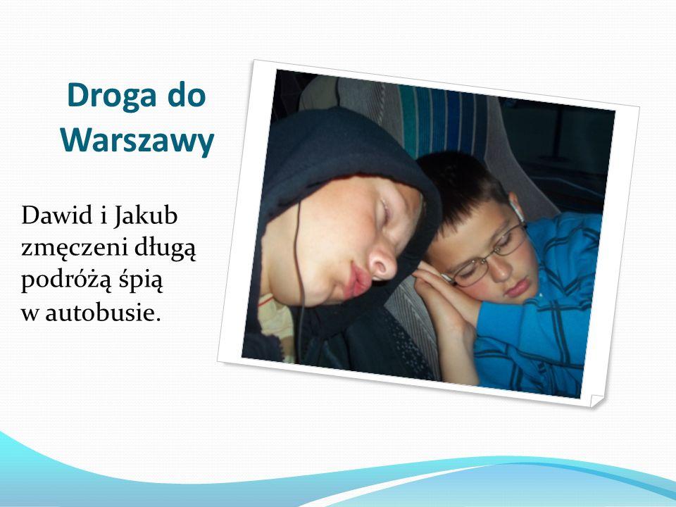 Droga do Warszawy Dawid i Jakub zmęczeni długą podróżą śpią w autobusie.