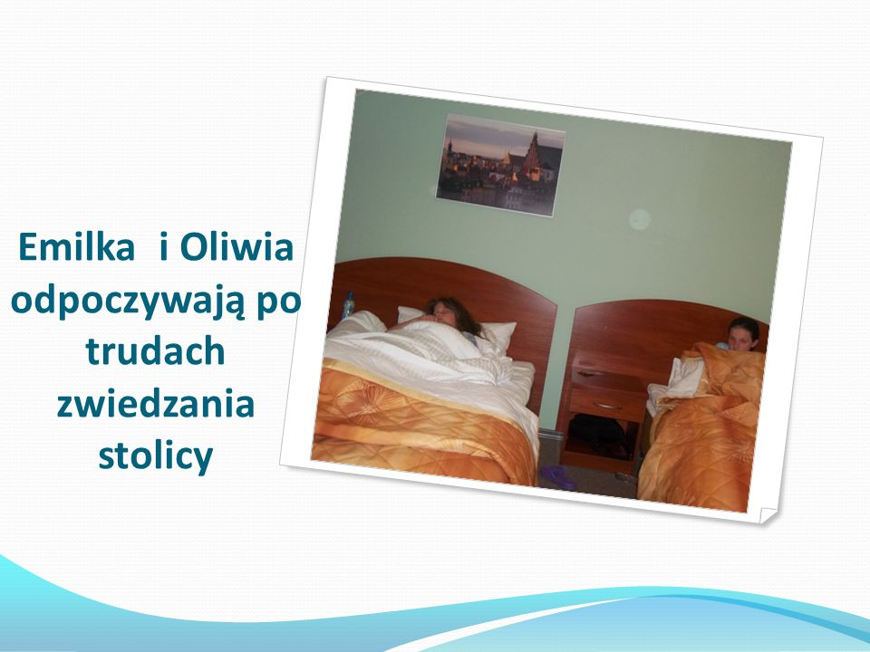 Emilka i Oliwia odpoczywają po trudach zwiedzania stolicy