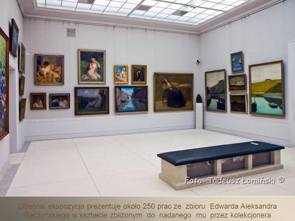 Po wejściu do galerii zobaczyć można piękny witraż Tiffaniego.
