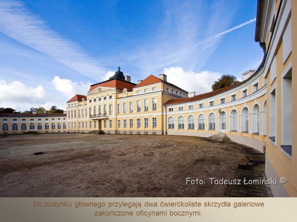 Brukowany dziedziniec paradny pałacu.
