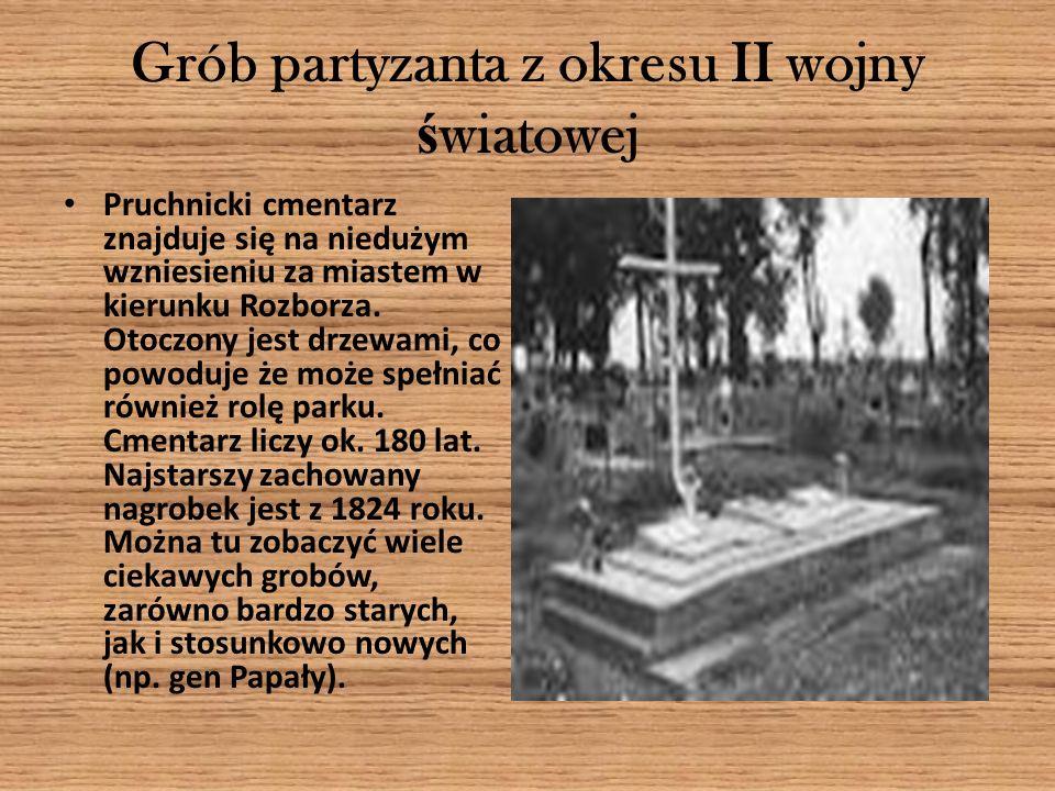 Grób partyzanta z okresu II wojny ś wiatowej Pruchnicki cmentarz znajduje się na niedużym wzniesieniu za miastem w kierunku Rozborza. Otoczony jest dr
