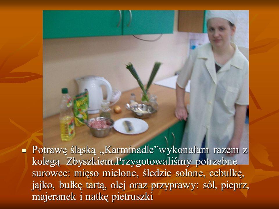 """Potrawę śląską """"Karminadle""""wykonałam razem z kolegą Zbyszkiem.Przygotowaliśmy potrzebne surowce: mięso mielone, śledzie solone, cebulkę, jajko, bułkę"""