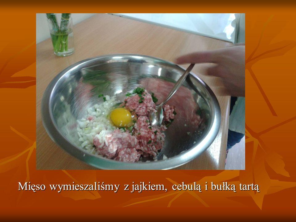 Mięso wymieszaliśmy z jajkiem, cebulą i bułką tartą