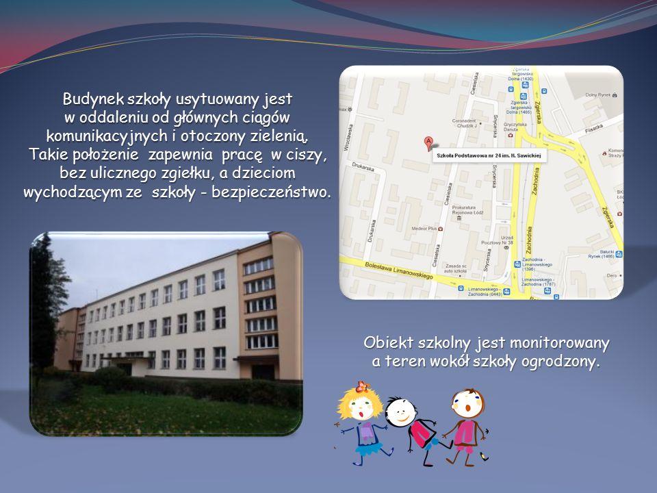 Budynek szkoły usytuowany jest w oddaleniu od głównych ciągów komunikacyjnych i otoczony zielenią. Takie położenie zapewnia pracę w ciszy, bez uliczne