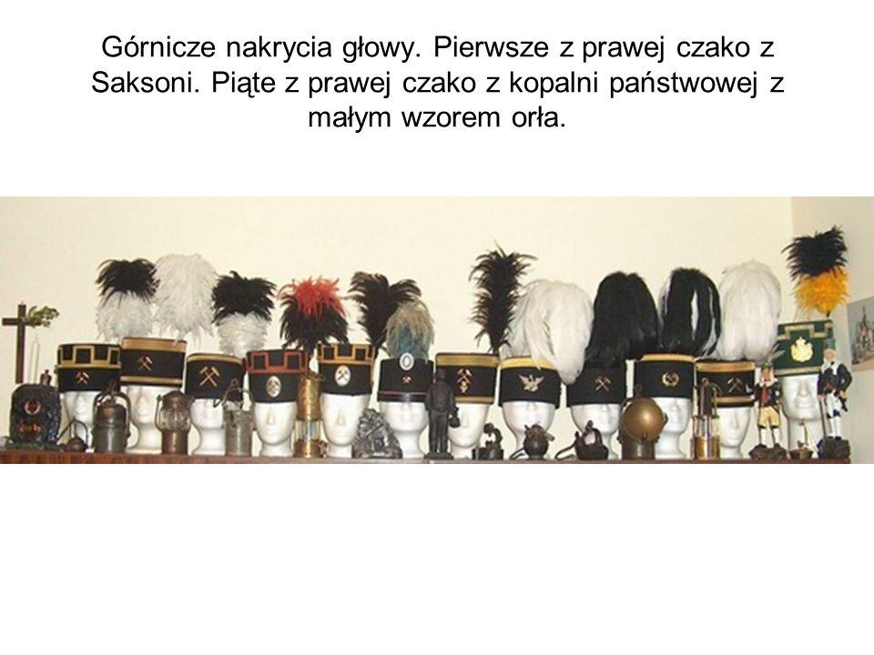 Górnicze nakrycia głowy. Pierwsze z prawej czako z Saksoni. Piąte z prawej czako z kopalni państwowej z małym wzorem orła.