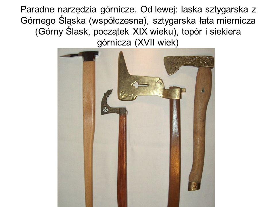 Paradne narzędzia górnicze. Od lewej: laska sztygarska z Górnego Śląska (współczesna), sztygarska łata miernicza (Górny Ślask, początek XIX wieku), to