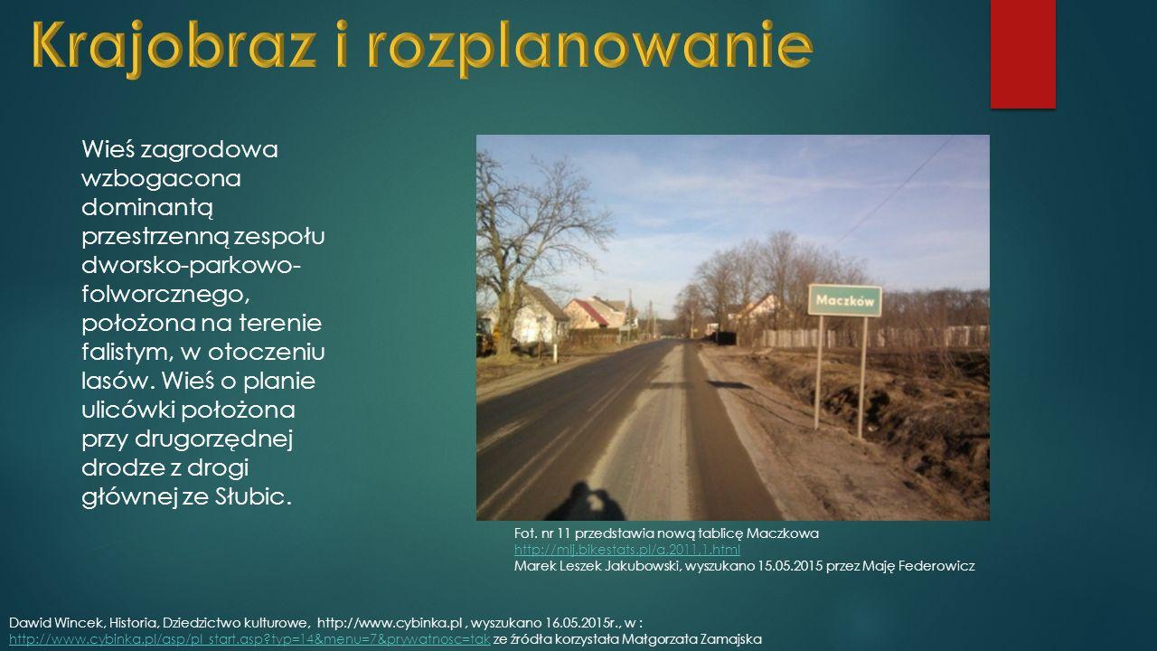 Wieś zagrodowa wzbogacona dominantą przestrzenną zespołu dworsko-parkowo- folworcznego, położona na terenie falistym, w otoczeniu lasów.