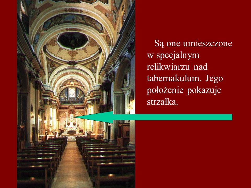 Są one umieszczone w specjalnym relikwiarzu nad tabernakulum. Jego położenie pokazuje strzałka.